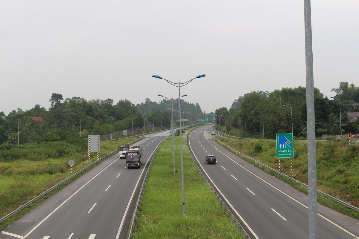 Lưu thông trên cao tốc 6 tháng đầu năm giảm do Covid-19