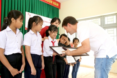 Home Credit trao học bổng và tặng quà cho học sinh Đắk Lắk
