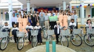 Vietcombank Đăk Lăk trao tặng 50 chiếc xe đạp cho học sinh nghèo