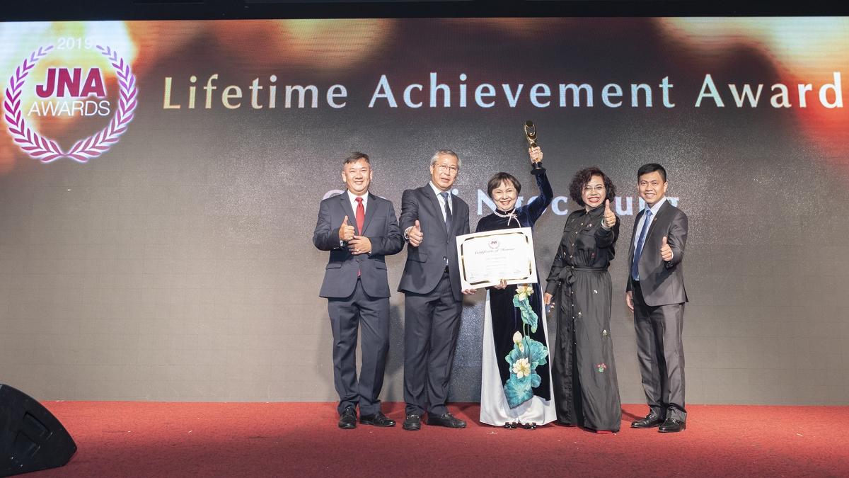 """Chủ tịch PNJ Cao Thị Ngọc Dung được trao giải thưởng """"Thành tựu trọn đời"""" cho ngành kim hoàn Châu Á"""