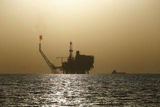 Giá dầu tăng khi bão buộc các giàn khoan của Mỹ phải đóng cửa, kho dự trữ giảm