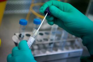 Lấy mẫu xét nghiệm 38 người tiếp xúc gần với chuyên gia nghi mắc COVID-19