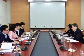 Phó Thống đốc Nguyễn Thị Hồng làm việc với Phó Giám đốc Học viện Đào tạo của IMF tại Singapore