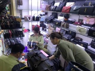 Thu giữ hàng nghìn sản phẩm nghi giả thương hiệu nổi tiếng tại Sài Gòn Square và chợ Bến Thành
