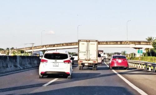 Lộn xộn trên cao tốc: Chuyện không nhỏ!