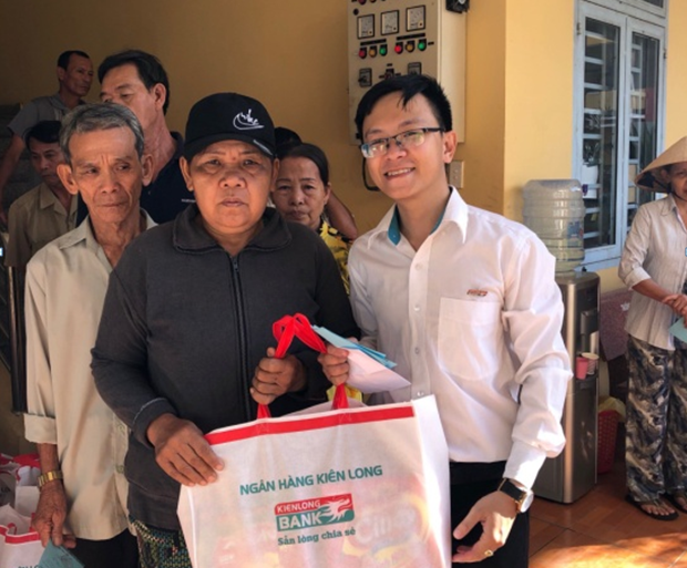 Kienlongbank trao tặng 7.950 phần quà Tết cho các gia đình khó khăn