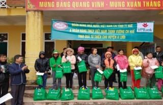 Ngành Ngân hàng Thừa Thiên - Huế tặng quà các hộ nghèo dịp Tết