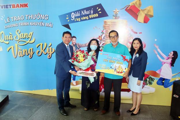 """Vietbank trao giải cho khách hàng trúng giải Đặc biệt """"Quà sang - Vàng ký"""""""
