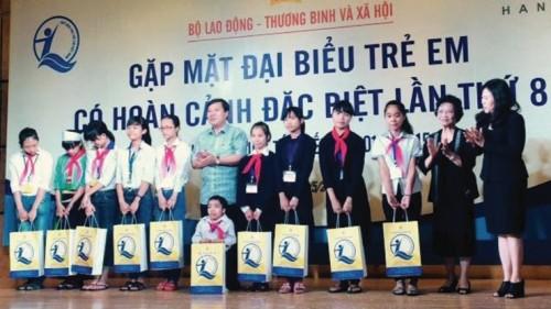Công đoàn NHVN: Trao quà cho trẻ em nhân ngày 1/6