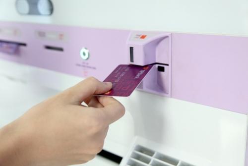 Ngân hàng đầu tiên phát hành thẻ ATM ngay tại chỗ cho khách hàng