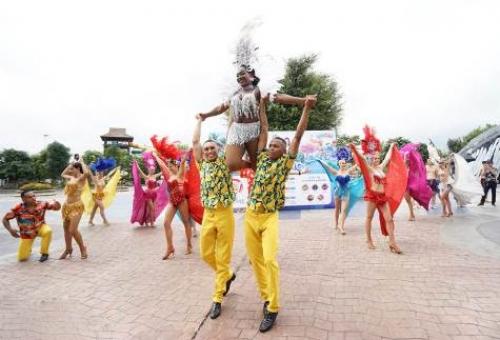 Du khách phấn khích tận hưởng tiệc hồ bơi cực chất tại Typhoon Water Park