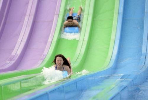 Du khách phấn khích tận hưởng tiệc hồ bơi cực chất tại Typhoon Water Park - 9