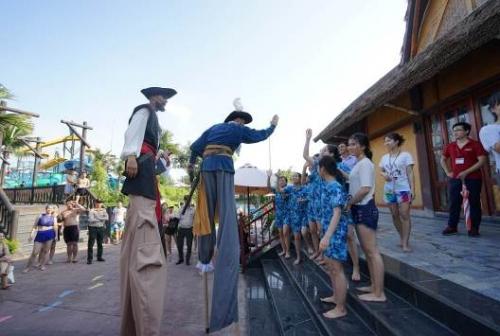 Du khách phấn khích tận hưởng tiệc hồ bơi cực chất tại Typhoon Water Park - 3