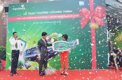 Vietcombank trao xe Mercedes Benz C200 cho khách hàng trúng thưởng