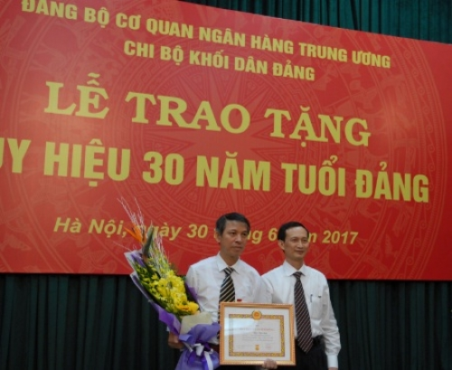 Chi bộ Khối Dân Đảng tổ chức Lễ trao tặng huy hiệu 30 năm tuổi Đảng