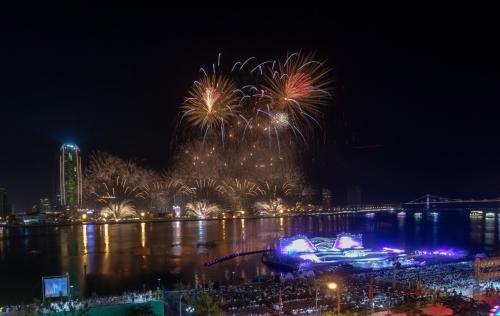 """Lễ hội pháo hoa quốc tế Đà Nẵng: Sắc màu """"phép thuật"""" ánh sáng"""