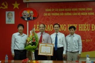 Trường bồi đưỡng cán bộ Ngân hàng tổ chức Lễ trao Huy hiệu 30 năm tuổi Đảng
