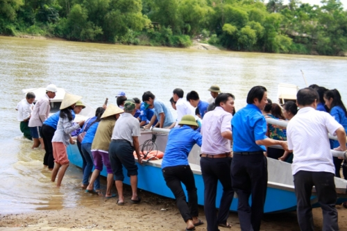 Liên chi đoàn các Vụ, cục NHNN tổ chức trao tặng thuyền máy hỗ trợ bà con vùng lũ