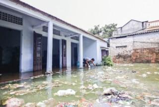 Người dân thôn Bèo oằn mình trong rác lũ