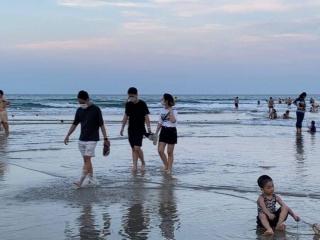 Đà Nẵng cho phép người dân tắm biển trở lại