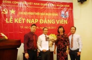 Chi bộ VPĐD Thời báo Ngân hàng kết nạp đảng viên mới