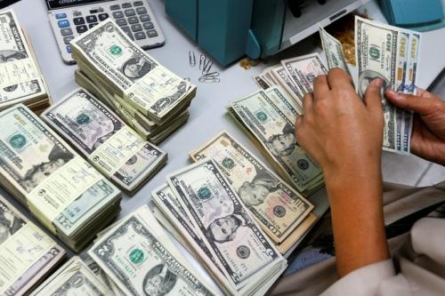 Làn sóng tích trữ tiền mặt lan rộng khắp thế giới