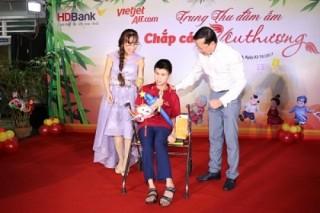 Xúc động mùa trung thu: Nữ tỷ phú hát cùng trẻ em mồ côi, khuyết tật