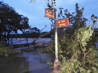 Phố cổ Hội An ngổn ngang sau bão số 9