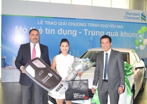 Standard Chartered trao xe ô tô Audi cho khách hàng trúng thưởng