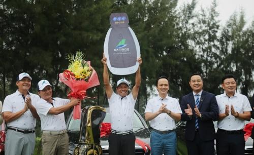 Ông Trịnh Văn Quyết trao giải thưởng HIO 10 tỷ đồng cho golfer Trần Huy Cương