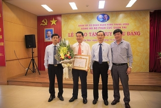 Trao tặng Huy hiệu 30 năm tuổi Đảng cho đảng viên Cục Quản trị NHNN Việt Nam