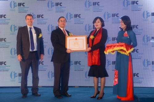 IFC nhận Bằng khen của Thống đốc NHNN Việt Nam