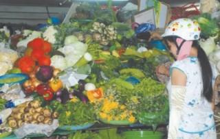 Sau lũ, rau xanh tăng giá