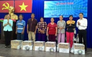 TP.HCM: Ngành Ngân hàng trao máy thông tin liên lạc cho ngư dân