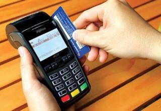 """Quẹt thẻ để """"giải nhiệt"""" cho ATM"""
